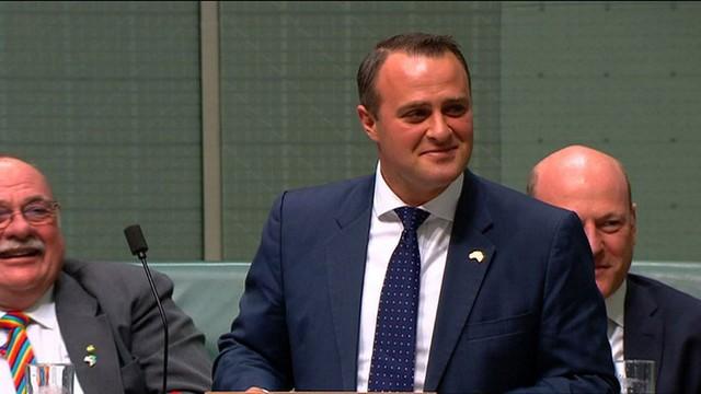 Deputado pede mão de seu companheiro durante debate sobre casamento gay