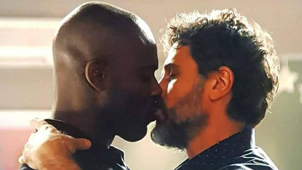 Beijo gay em trama 'O Outro Lado do Paraíso' bomba na web!